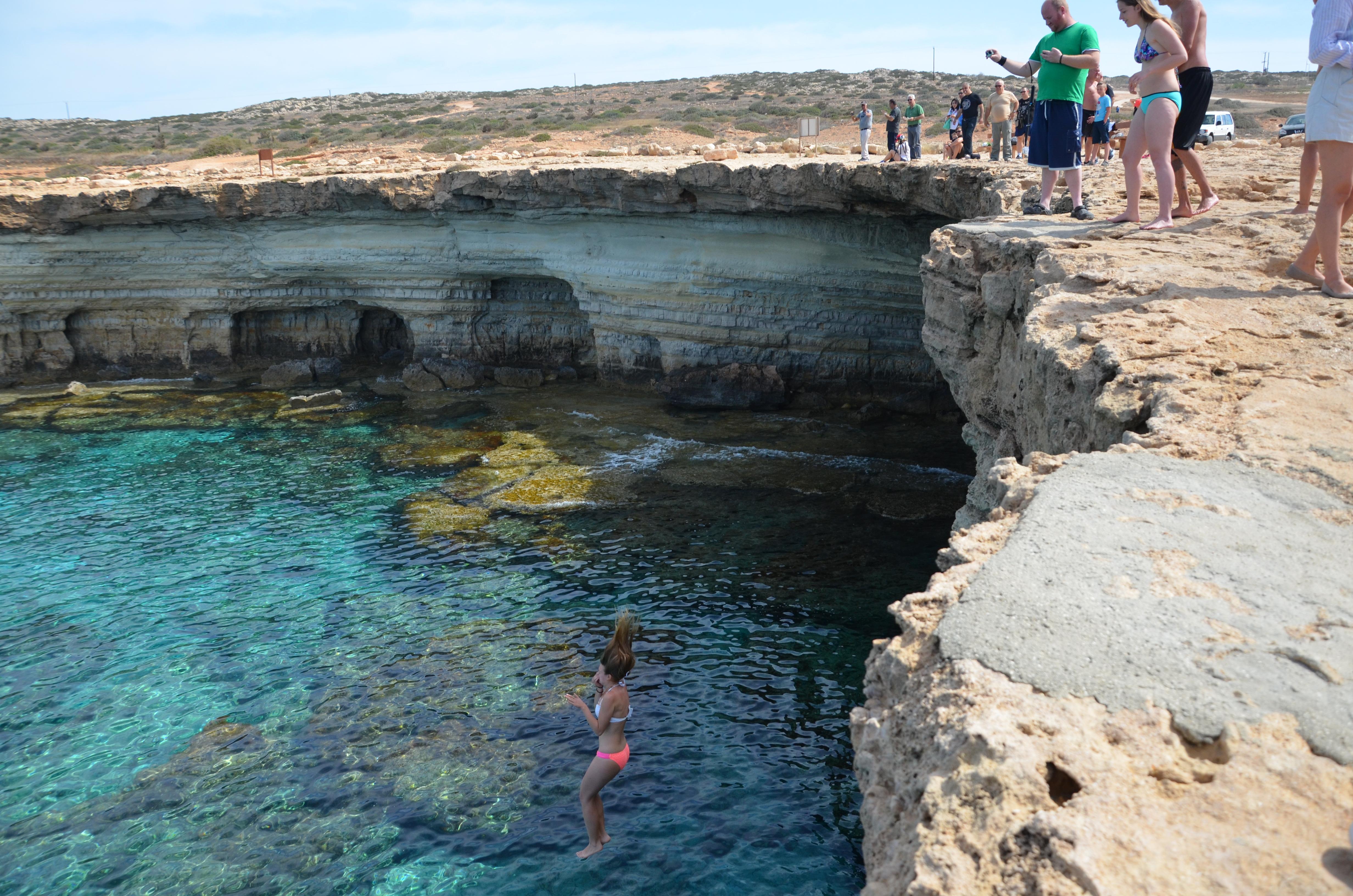Skákanie z útesu do mora na Cypruse