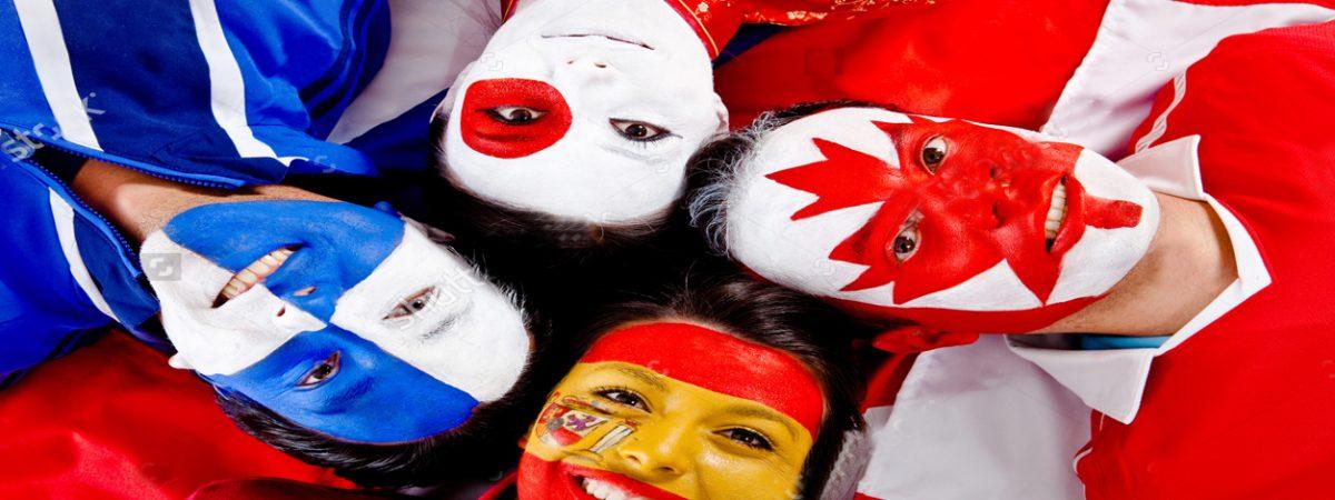 Štyria ľudia s nakreslenými vlajkami na tvárach